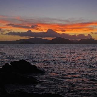 Anse Sévère: Sonnenuntergang hinter Praslin