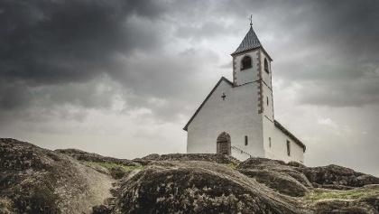 Das 1288 erstmals erwähnte Kirchlein wurde dem hl. Hippolyt geweiht, der vor allem von spätrömischen Soldaten verehrt wurde. Dies lässt somit auch auf eine militärische und kriegerische Vergangenheit des Ortes schließen