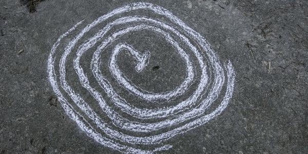 Die rätselhafte spiralförmige Felszeichnung am Weg hinunter zum Narauner Weiher