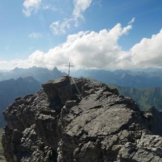 Gipfelplateau der Krottenspitze. Im Hintergrund die Trettachspitze direkt links vom Kreuz und