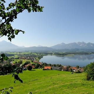Panoramablick auf Hopfen am See und den Hopfensee