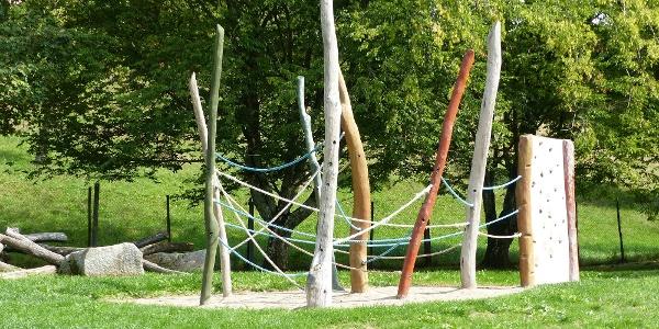 Klettergerüst auf dem Spielplatz in Klosterreichenbach