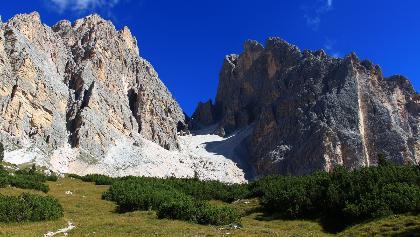 Grasboden Col da Verda. Im Hintergrund die Cristalloscharte
