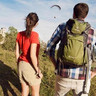 Wanderer beobachten einen Paraglider auf dem Großen Hörselberg bei Eisenach