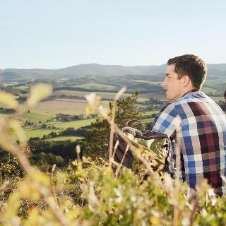 Wanderer genießen die Aussicht vom Großen Hörselberg bei Eisenach
