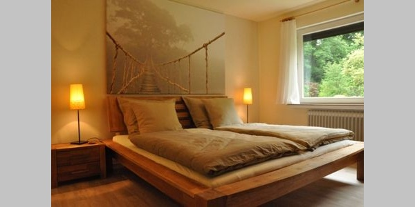 Zwei Doppelbetten, getrennte Matratzen, Blick in den Garten