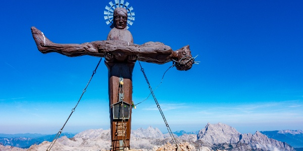 das Gipfelkreuz der Schönfeldspitze, im Hintergrund der Watzmann