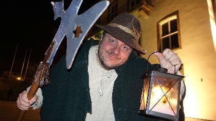 Stadtführer Martin Horne führt seine abendlichen Gäste als Nachtwächter Balthasar durch die Oberstadt