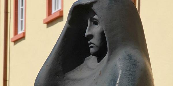 """""""Die Ausschauende"""" vor dem Unteren Schloss; Werk des Künstlers Hermann Kuhmichel. Sie ist ein Mahnmal und Symbol des Erinnerns. Heute steht """"Die Ausschauende"""" für die Sehnsucht nach Frieden in unserer Welt."""
