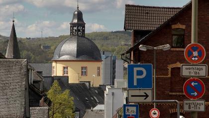 Der Dicke Turm in Siegen inmitten der Bebauung am Siegberg
