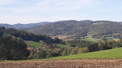Blick vor Wolfessen Richtung Neukirchen zum Hadriwa und Pfarrerberg