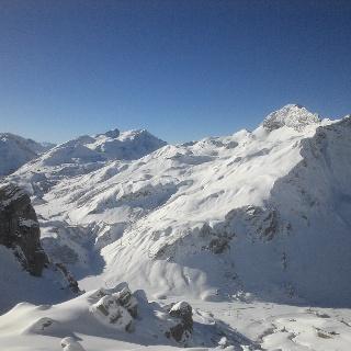 Blick vom Skigebiet Warth ins Skigebiet Lech. Rechts die Juppenspitze