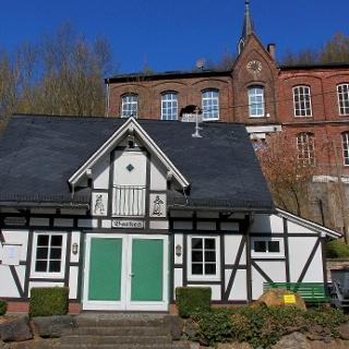 Das Backhaus dahinter und die alte Schule in Gosenbach