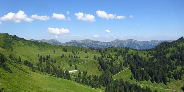 Panoramablick hoch über Bolsterlang im Allgäu