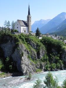 evang. Kirche von Scuol über dem Inn