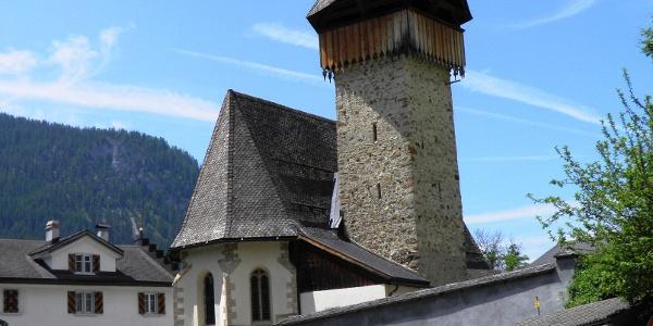 Kirche mit Wehrturm in Langwies