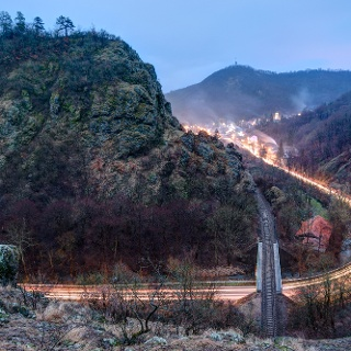 Úžľabina potoku Eger-patak pod hradným vrchom v Szarvaskő