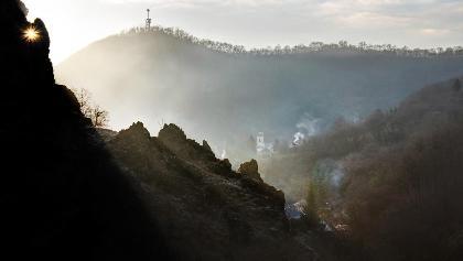 Die Burgruinen von Szarvaskő im Sonnenaufgang,in der Ferne ist der Aussichtsturm vom Major-Gipfel