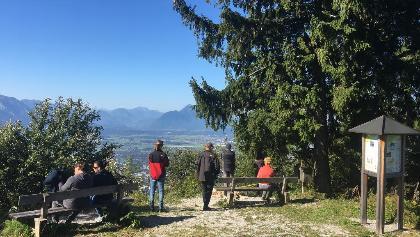 Aussichtspunkt über Salzburg mit Sitzmöglichkeiten