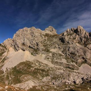 Blick von einer Anhöhe auf den Gipfel
