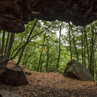 Kilátás a mátrai Remete-Barlang belsejéből