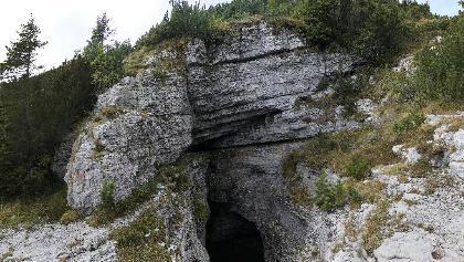 L'ingresso della grande cavità della Giazzèra di Ramezza.