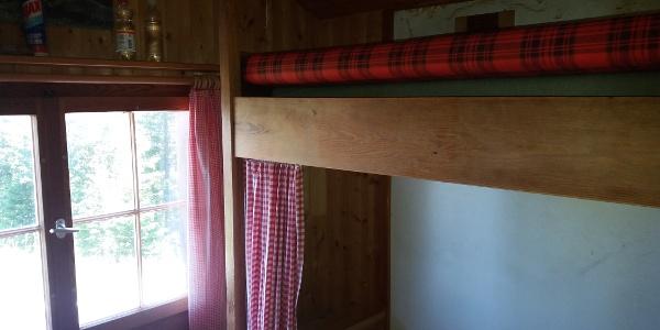 Das Doppelstocklager mit Matratzen, aber ohne Decken.