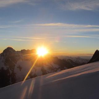 Sonnenaufgang beim Aufstieg zum Grosses Fiescherhorn