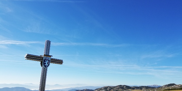 Gipfelkreuz am Schauerkogel mit Blick zum Schneealmplateau