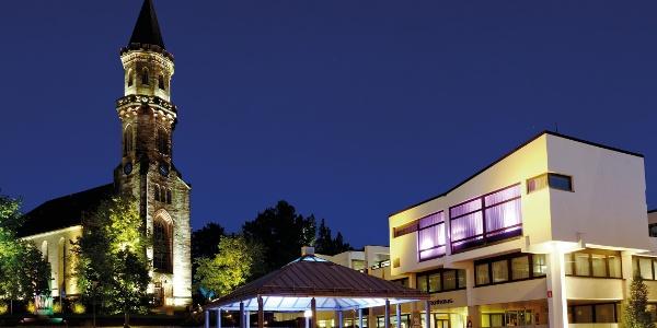 Neustadt bei Coburg bei Nacht   Stadtkirche St. Georg und Rathaus