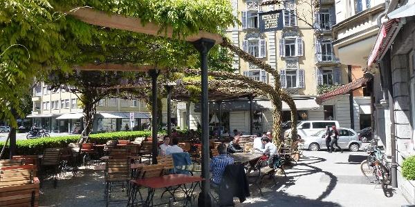 Gemütliches Verweilen unter der Laube des Restaurant Weisses Schloss im Quartier Hirschmatt-Neustadt