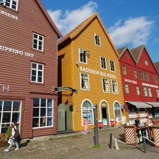 Kleine, bunte Häuser an der Hafenpromenade von Bryggen