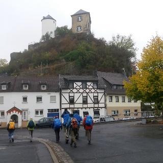 Wir biegen unterhalb der Burg Kreuzberg in die Burgstraße ein.