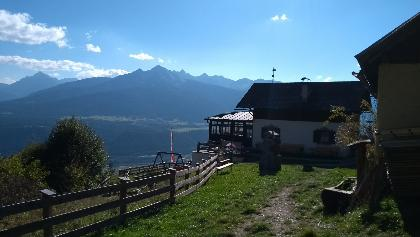 hier tront der Rauschbrunnen über den Dächern Innsbrucks