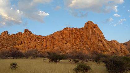Felsen erstrahlen im Sonnenaufgang