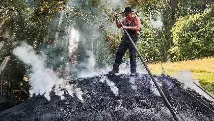 Arbeit am Kohlenmeiler