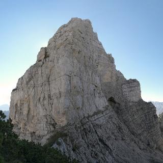 Cima e Caverna del Bus del Diàol con la pazzesca cengia che l'attraversa.