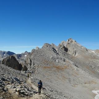 Blick von der Geröllflanke des Peña Vieja auf den Pass Collado de la Canalona und die Picos de Santa Ana