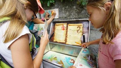 Kinder beim Posten drei der Schatzsuche