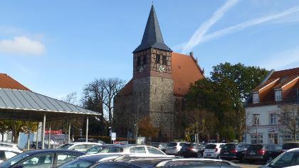 Strasburg (Uckermark), die Dominanz des Autos am zentralen Platz ist erdrückend.