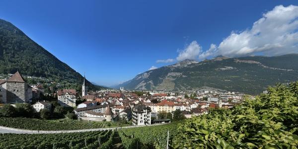 Alpenstadt Chur mit den Hausbergen Brambrüesch (links) und Calanda (rechts)