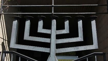 Der 7-armige Leuchter weist auf den geschichtsträchtigen Ort, dem Standort der Siegener Synagoge hin