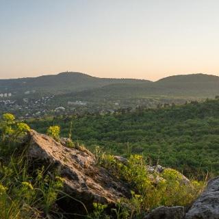 Balra a János-hegy, jobbra a Hárs-hegy