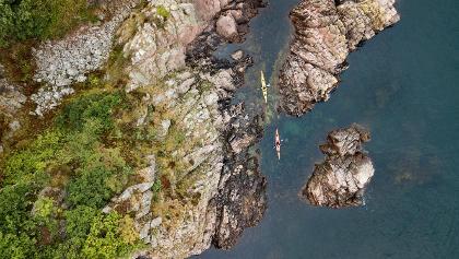 Mit dem Kajak durch die engen, felsigen Furten an der Halbinsel Kullaberg
