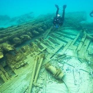 Divers exploring shipwreck Ogarita
