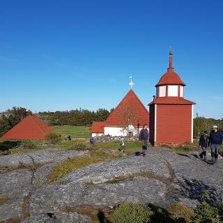 Kökarin kirkko Hamnön saarella on rakennettu 1472 toimineen fransiskaaniluostarin paikalle