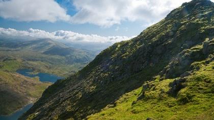 Der Mount Snowdon mit Blick auf die Seen Glaslyn und Llyn Llydaw