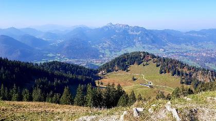 Seekar - Blick zur Lenggrieser Hütte und Brauneck