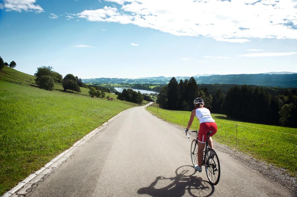 Unterwegs mit dem Rennrad am Niedersonthofener See   - © Quelle: Allgäu GmbH, Marc Oeder