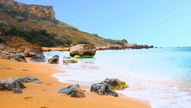 Fußabdrücke im Sand der Ramla Bay auf Gozo